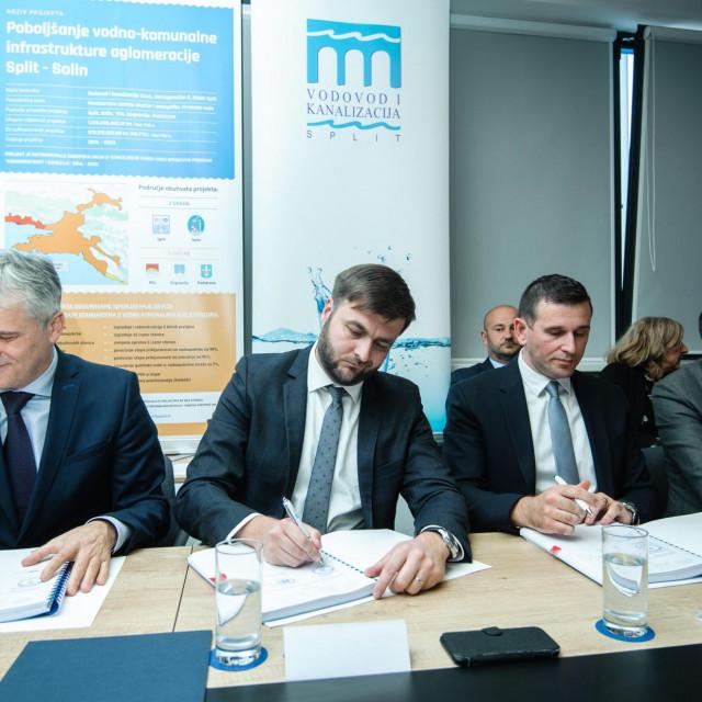 Potpise na ključne ugovore stavili su Zoran Đuroković ('Hrvatske vode'), ministar Ćorić i Tomislav Šuta (ViK) uz 'asistenciju' poteštata Krstulovića Opare