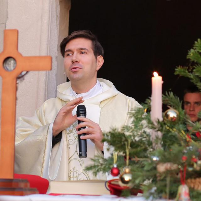 Don Mihael Jelavić, župnik sv. Križa je na dan ubojstavaputem društvene mreže zamolio stanovnike Varoša da ne izlaze iz svojih kuća, te je tog dana otkazao večernju misu