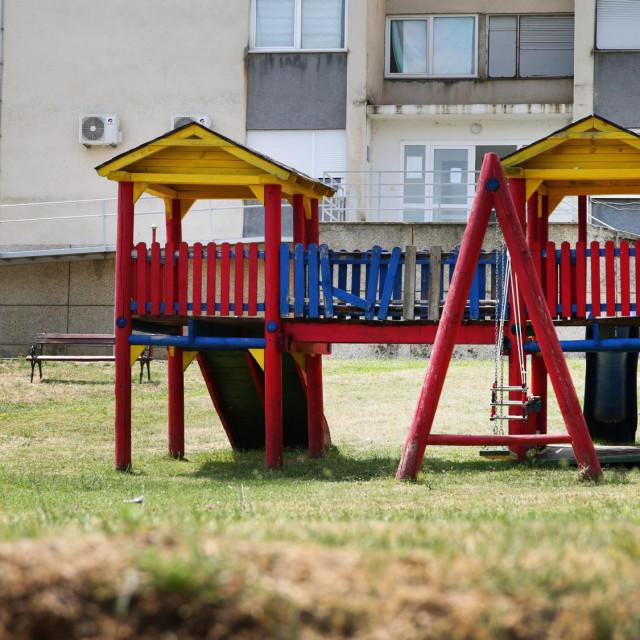Prazno dječje igralište u Vrlici