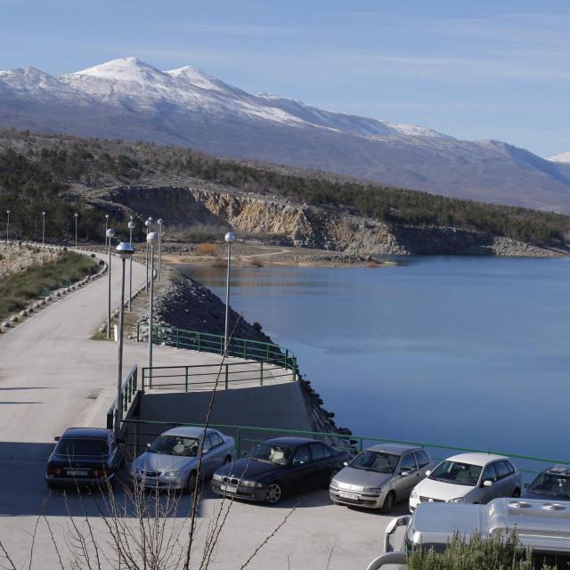 Jezero i brana Peruća napravljena u kanjonu rijeke Cetine između naselja Bitelić i Satrić
