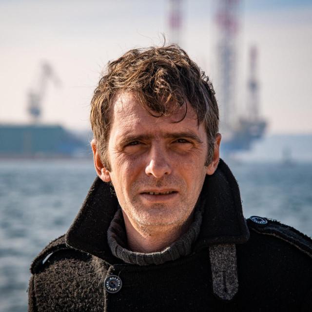 Bojan Žižović: Moj glavni lik je idiot, lišen bilo kakve empatije, emocija, glup je, obrazovan na fakultetu koji izbacuje stranačke kadrove, podbuhao od alkohola i kokaina