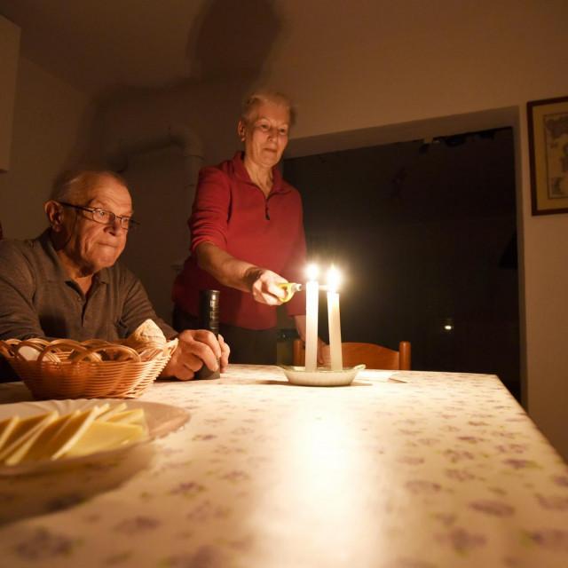 Premuda, 170120.<br /> Vec drugi put u posljednjih godinu i pol najudaljeniji otok zadarskog arhipelaga, Premuda, ostao je bez struje. Opskrba je prekinuta prije gotovo mjesec dana. Otok se napaja strujom iz agregata od 7h do 23h.<br /> Na fotografiji: Dinko Smircic sa suprugom.<br />