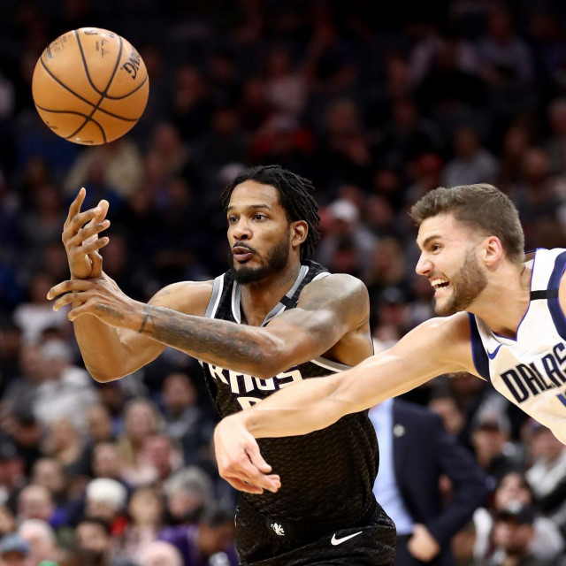 SACRAMENTO, CALIFORNIA - JANUARY 15: Trevor Ariza #0 of the Sacramento Kings and Maxi Kleber #42 of the Dallas Mavericks go for the ball at Golden 1 Center on January 15, 2020 in Sacramento, California. NOTE TO USER: User expressly acknowledges and agrees that, by downloading and or using this photograph, User is consenting to the terms and conditions of the Getty Images License Agreement. Ezra Shaw/Getty Images/AFP<br /> == FOR NEWSPAPERS, INTERNET, TELCOS & TELEVISION USE ONLY ==