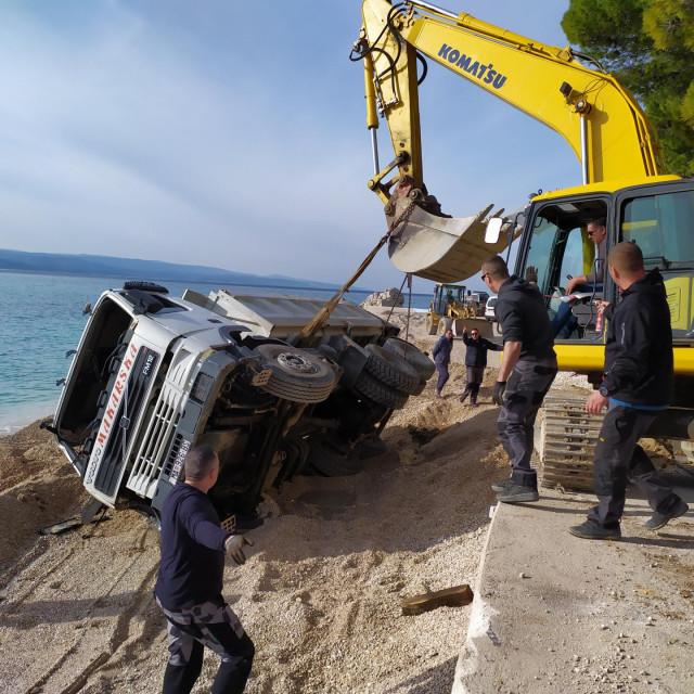 Prevrnuti kamion na plaži