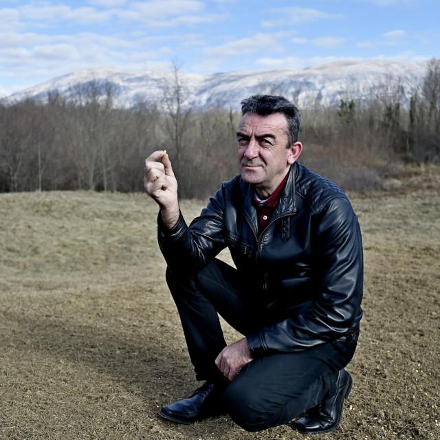 Ivan Vučemilović s kukuruzom koji služi kao mamac za divlje svinje na mjestu navodnog krivolova