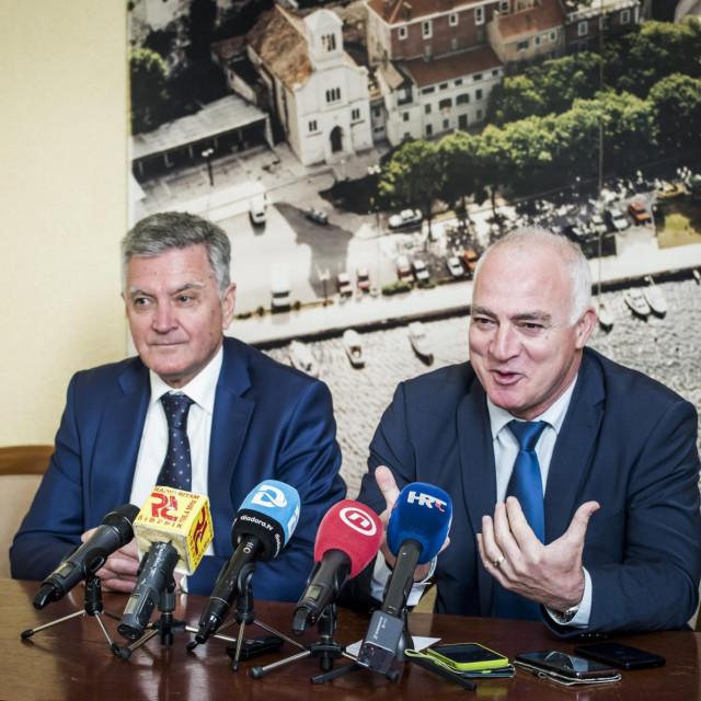 Sibenik, 220120.<br /> Gradonacelnik Zeljko Buric i zupan Goran Pauk odrzali su press konferenciju na kojoj su pruzili podrsku Andreju Plenkovicu.<br />