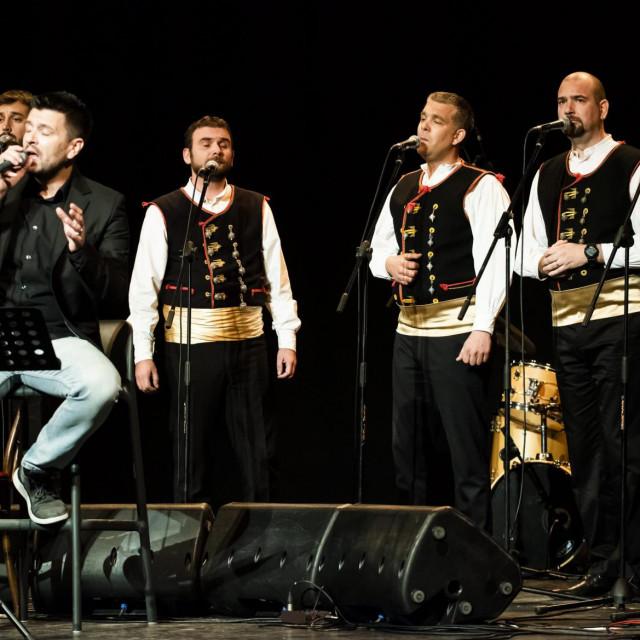 Sibenik, 230120.<br /> U Hrvatskom narodnom kazalistu Sibenik odrzan je humanitarni koncert za pomoc tesko oboljelom Frani Knezevicu.<br /> Na fotografiji: Branimir Bubica i klapa Sebenico.<br />