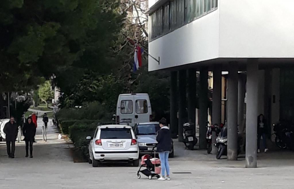 Komunalci su najavili da će i u narednim danima kontrolirati ilegalni parking ispred Centra za socijalnu skrb u Gundulićevoj