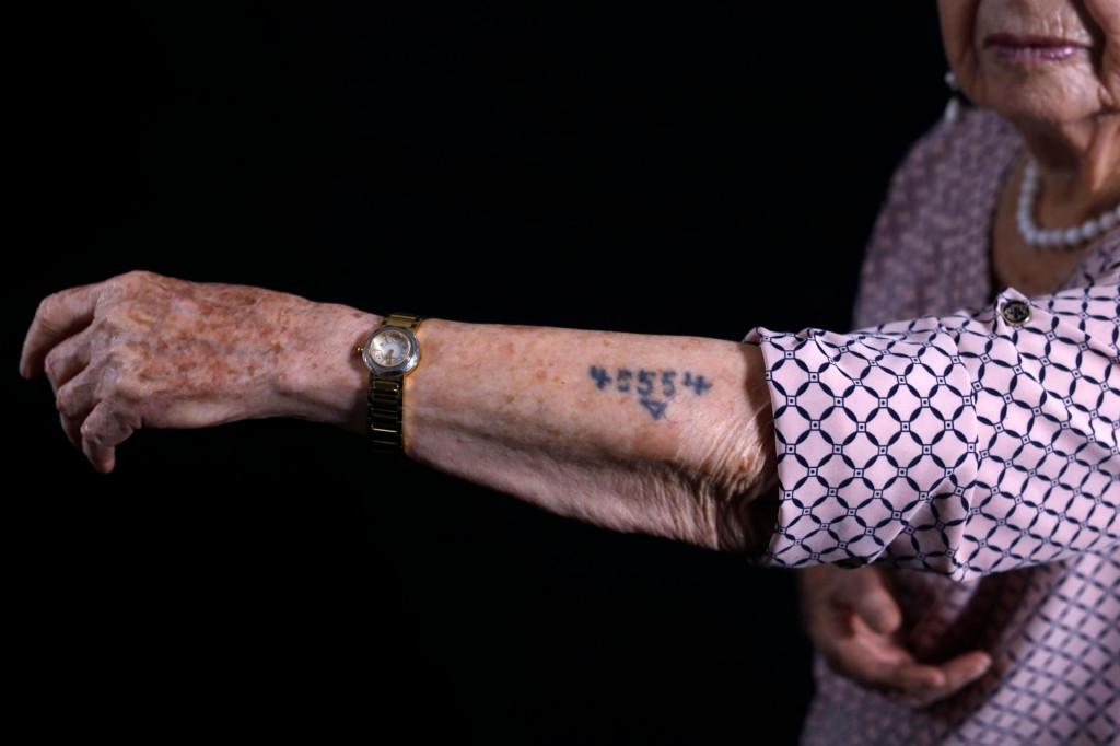 Batcheva Dagan preživjela je zlo Auschwitza, kao jedina u svojoj obitelji. Svi ostali tu su tragično skončali. Dagan pokazuje logorački broj 45554 fotoreporterima u svom domu u Holonu, gradu južno od Tel Aviva