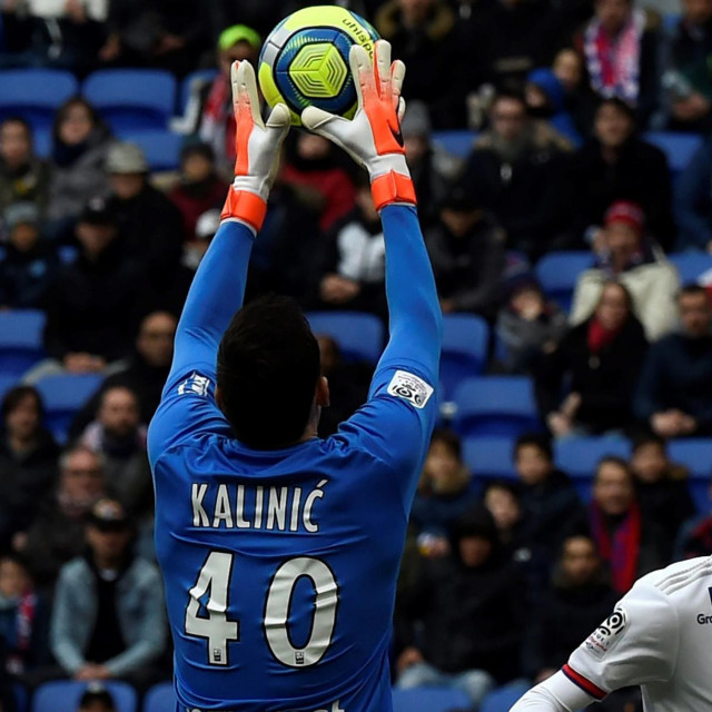 Toulouse's Croatian goalkepper Lovre Kalinic (L) fights for the ball with Lyon's French forward Martin Terrier (R) during the French L1 football match between Lyon (OL) and Toulouse (TFC) on January 26, 2020 at the Groupama stadium in Décines-Charpieu near Lyon, southeastern France. (Photo by JEAN-PHILIPPE KSIAZEK/AFP)