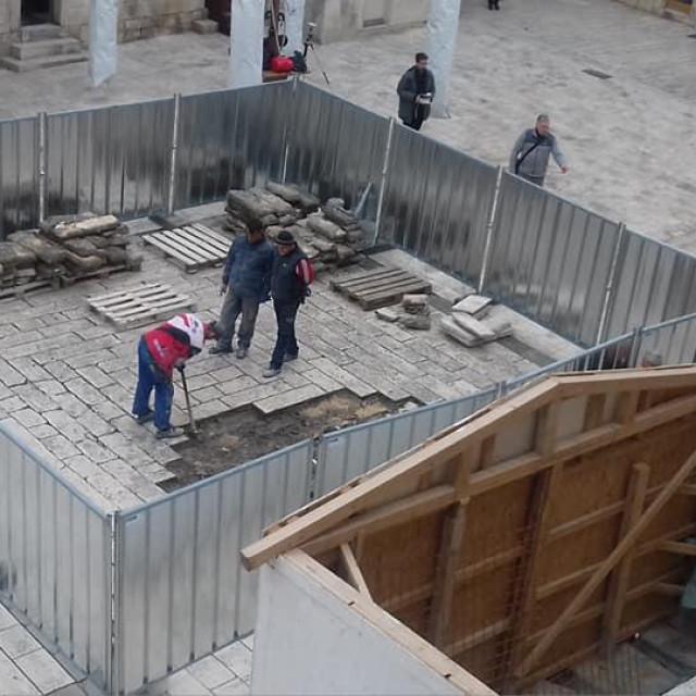 Djelatnici su prionuli na treću sanaciju uništenog 'poda' Pjace u samo nekoliko tjedana