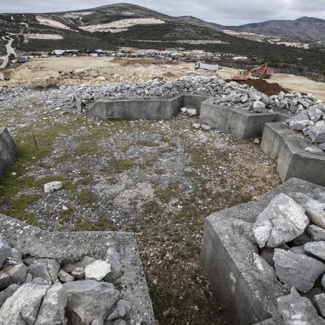 Zanimljivo je da se Kneževa gomila spominje i u srednjovjekovnim povijesnim izvorima kao grobnica između prostora pašnjaka i polja