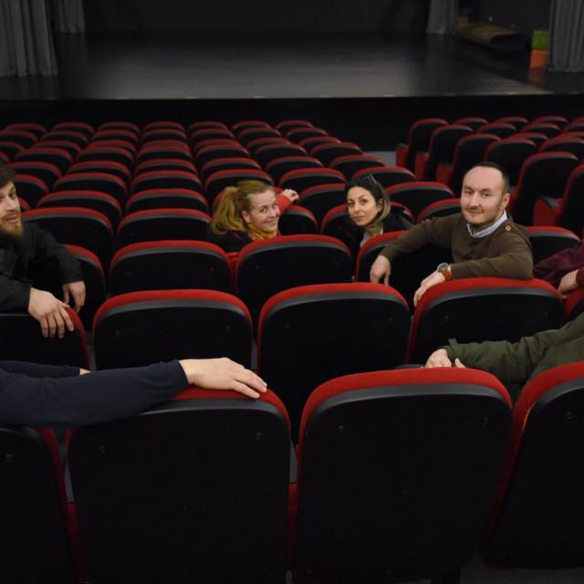 Sv. Filip i Jakov, 280120.<br /> Sv. Filip i Jakov ima javno kino i odlicne projekte zahvaljujuci ambicioznim pojedincima.<br /> Na fotografiji: Ana Frankovic Miocic, asistentica projekta, Ivan Matic, voditelj projekta, Darko Mikas, iz opcine, koordinator javne uprave na projektu, Vedran Eskinja, organizirator FJAKA film festivala i Lucija Mikas, predsjednica udruge U pokretu, autorica i nositeljica projekta.<br />