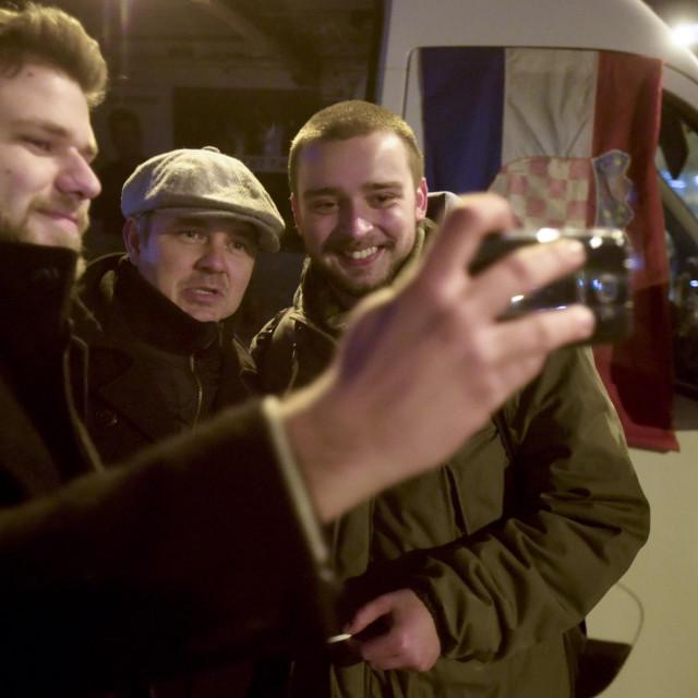 Dario Juričan pozira s građanima poput zvijezde
