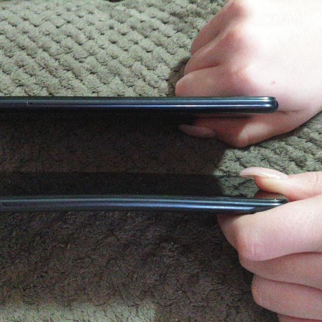 Razlika između dva od tri ista modela mobitela koje je djeci kupio naš sugovornik – donji je očito iskrivljen