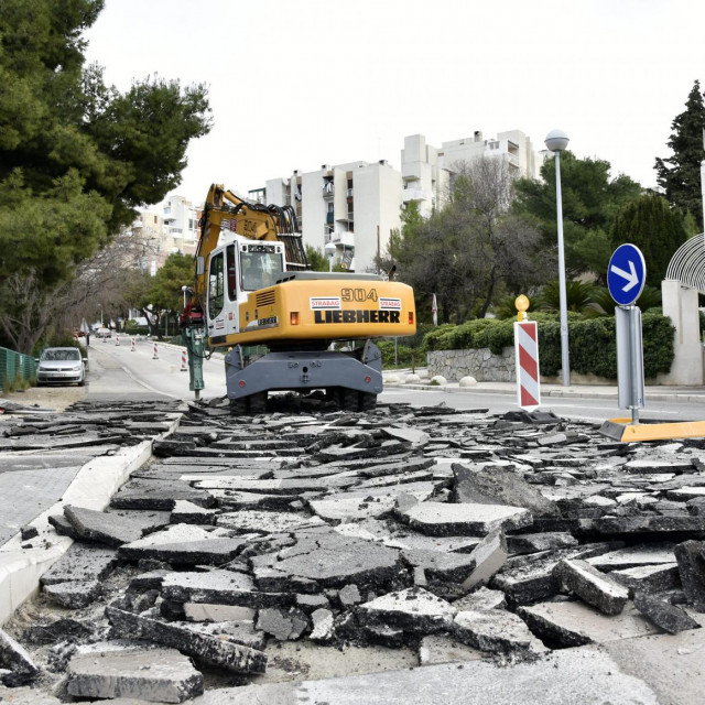 Obnavljanje asfaltnog sloja bilo je nužno zbog dotrajalosti, rupa i ulegnuća