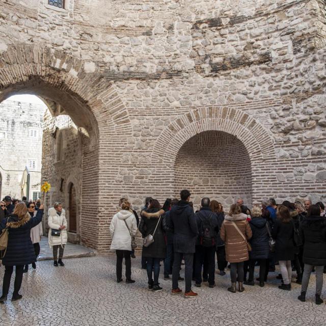 Split, 120120.<br /> Povodom Dana medunarodnog priznanja Republike Hrvatske 15. sijecnja, a u sklopu projekta Upoznaj svoju zemlju, ovu nedjelje organizirana je besplatna turisticka vodjenja za gradjane.<br />
