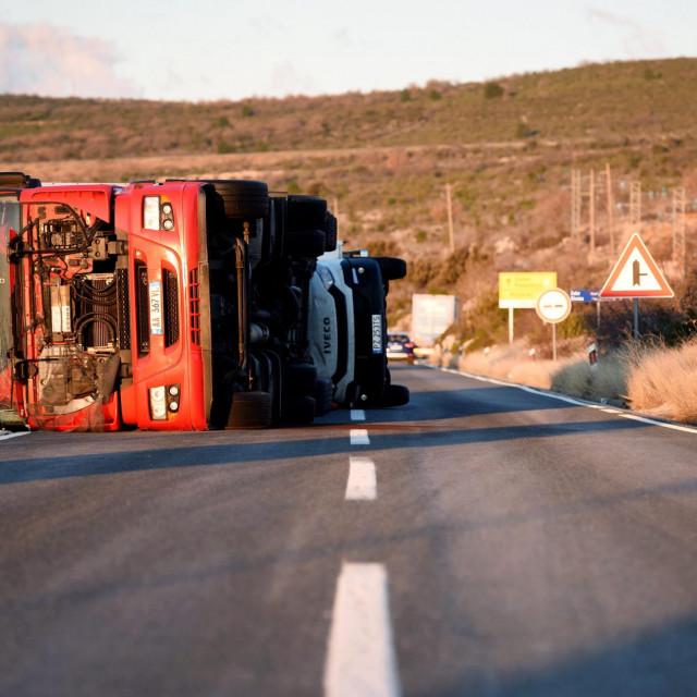 Zadar, 060220.<br /> Olujna bura prevrnula je tri kamiona na cesti izmedju Posedarja i Maslenickog mosta. Dva kamiona su poljskih registarskih oznaka, a jedan albanskih.<br />