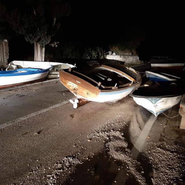 Brodovi su zbog olujnog nevremena završili na cesti u uvali Radonja kod Sumartina na Braču
