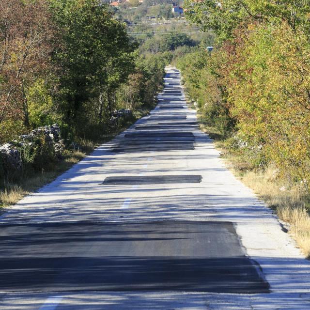 Cesta od Šestanovca do Zagovozda na kojoj se rupe obnavljaju se zakrpama