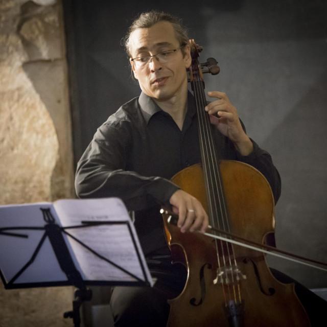 Mihovil Karuza, violončelist orkestra HNK u Splitu, prvi violončelist Splitskog komornog orkestra i član Splitskog klavirskog trija