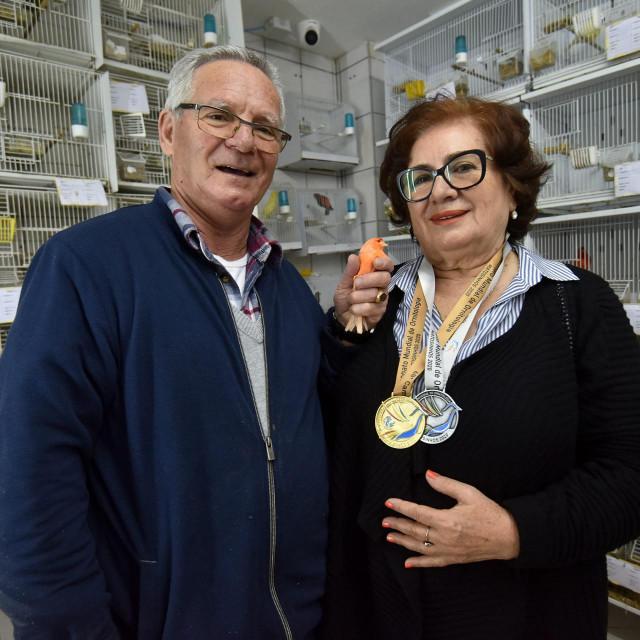 Zadar, 060220<br /> Enver Alidzanovic je uzgajivac kanarinaca i osvajac zlatnih medalja na svjetskim natjecanjima.<br /> Na fotografiji: Enver sa suprugom i svojim svjetskim prvakom.<br />