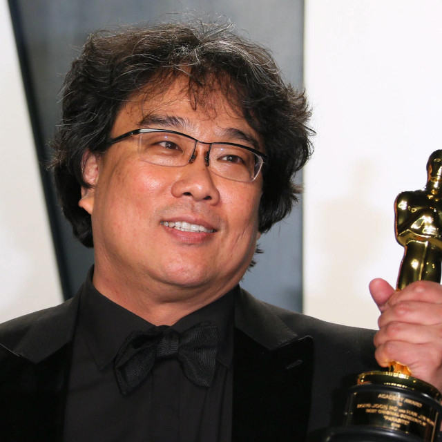 "South Korean director Bong Joon-ho poses with the Oscar for Best Screenplay for ""Parasite"" as he attends the 2020 Vanity Fair Oscar Party following the 92nd Oscars at The Wallis Annenberg Center for the Performing Arts in Beverly Hills on February 9, 2020. (Photo by Jean-Baptiste Lacroix/AFP)"