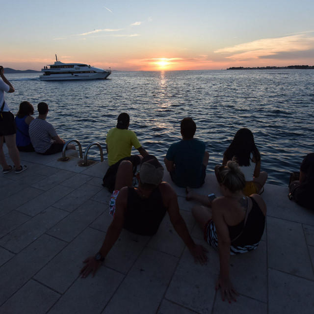 Zadar, 200619.<br /> Brojni turisti veceras su uzivali u zalasku sunca na zadarskoj rivi kod morskih orgulja.<br />