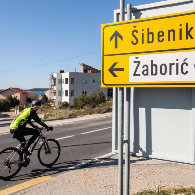 Zaboric, 300120<br /> Ulaz u mjesto Zaboric kod Sibenika u kojem je ministar Damir Krsticevic u kupio vikendicu.<br />