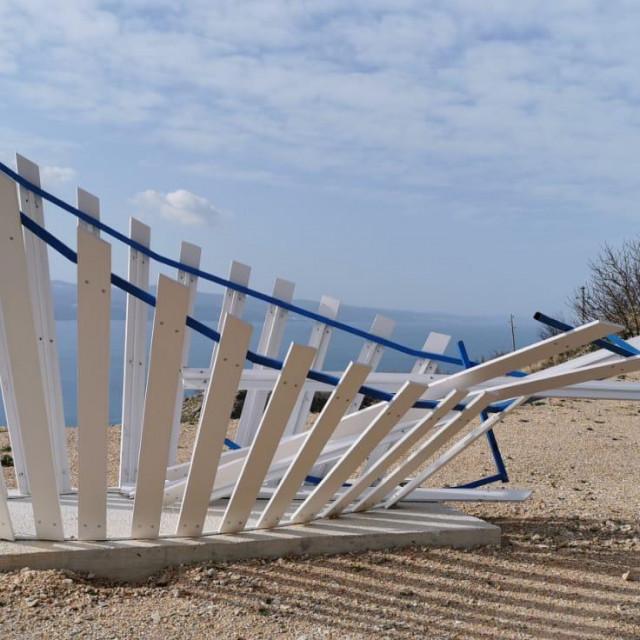 Skršena skulptura Frane Šituma