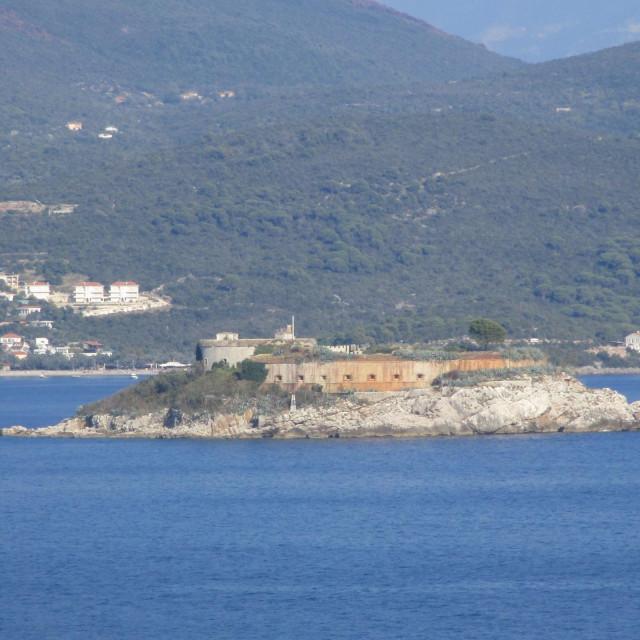 Utvrda Mamula na otočiću Lastavica u Bokokotorskom zaljevu