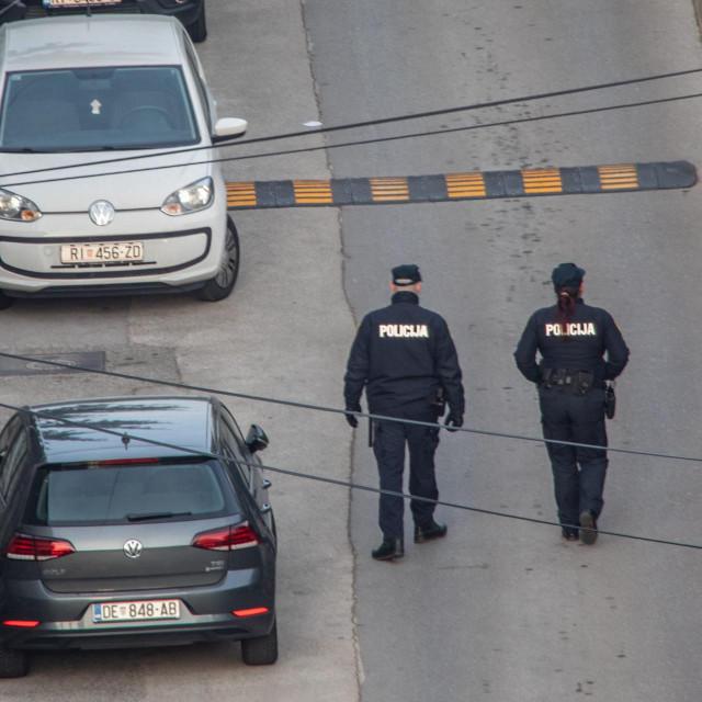 Rijeka, 130220.<br /> Zbog izmjestanja avionske bombe policija evakuirala dio gradskog kvarta Kantrida.<br /> Na fotografiji: policija u ophodnji.<br />