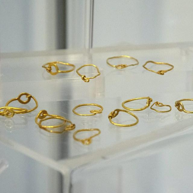 U početku su ukrasi bili jednostavniji, više je u izradi korišteno zlato, zlatni lim i žica, uz biser