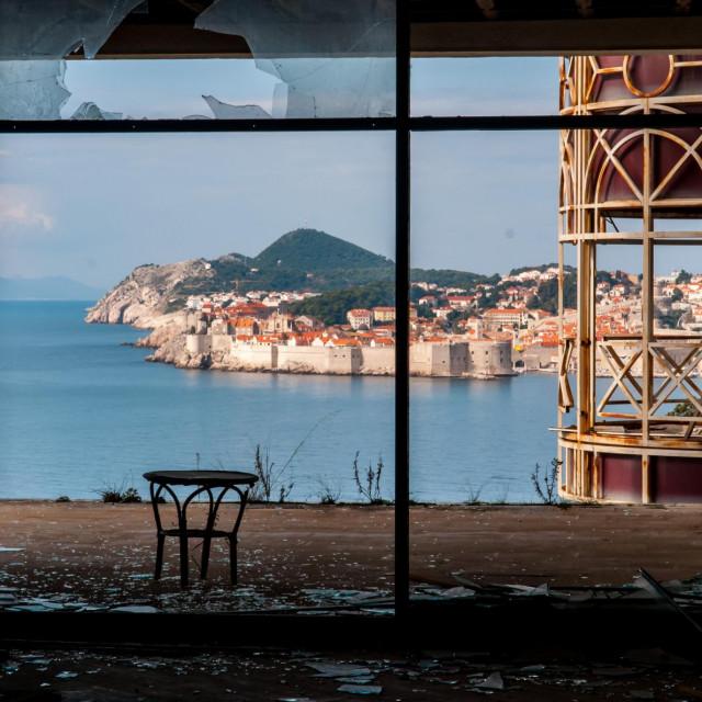 Dubrovnik, 160213.<br /> U ratu poruseni i opljackani hotel Belvedere nadomak gradske jezgre s jednim od naljepsih pogleda na Dubrovnik.<br /> Na fotografiji: jedan od naljepsih pogleda na Dubrovnik.<br />