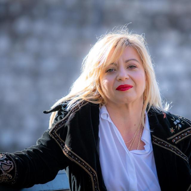 Sandra Raguž je, uz završen studij logopedije, magistrirala dječju adolescentnu psihijatriju na Medicinskom fakultetu Sveučilišta u Zagrebu