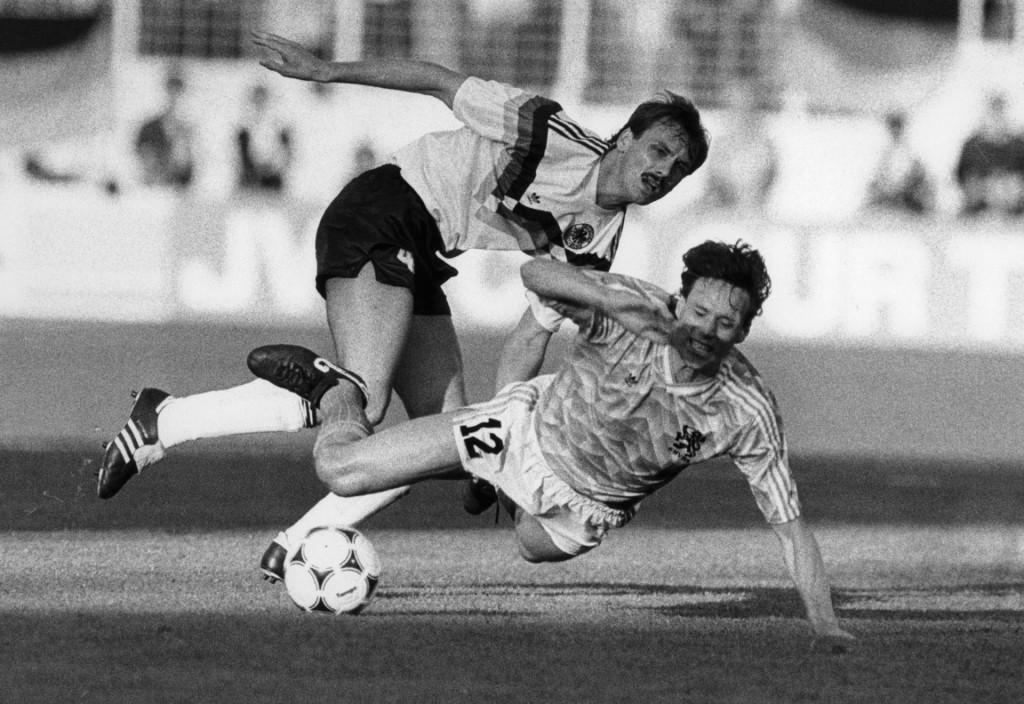 Marco van Basten i Jurgen Kohler u duelu na Europskom prvenstvu 1988. godine