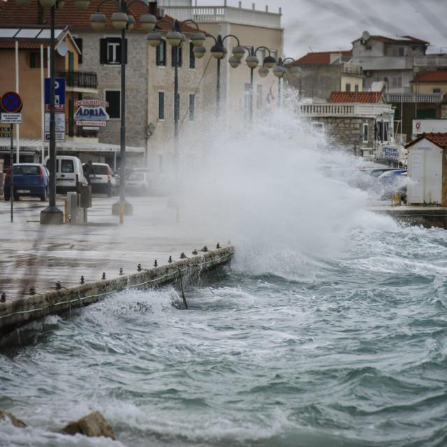 Vodice, 020219.<br /> Olujno jugo koje puse na Jadranu stavara velike valove koji udaraju u obalu.<br />