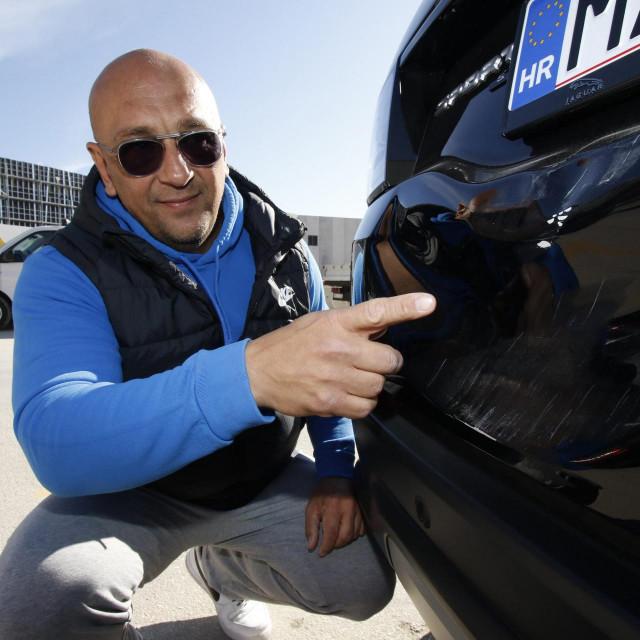Aljoša špec pokazuje štetu na svom automobilu