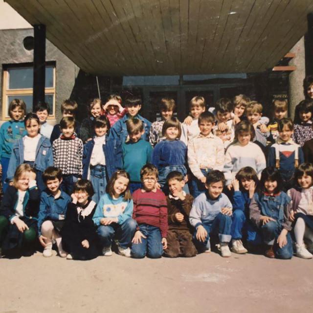 """Učenici II 4 razreda s učiteljicom Slavicom pred ulazom u školu. Tada je još bila OŠ """"Bratstvo i jedinstvo""""<br />"""
