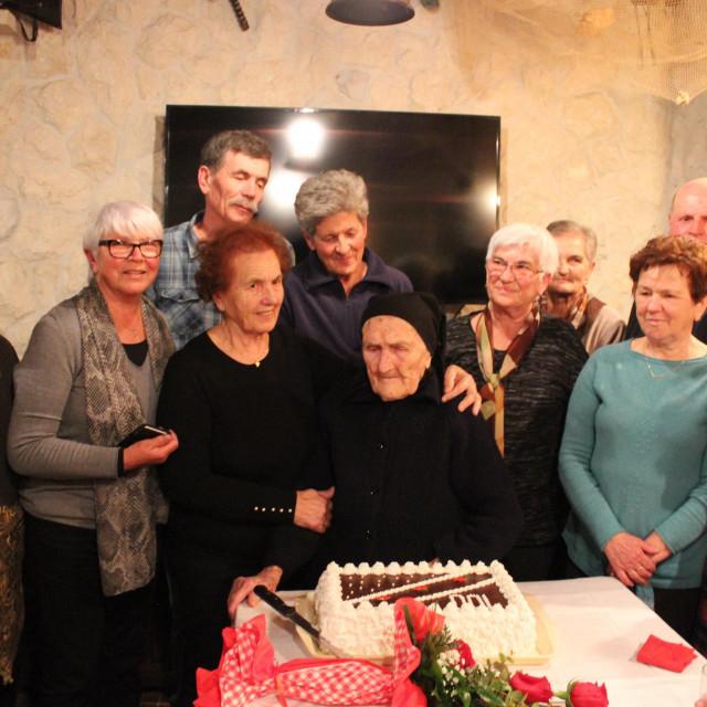 Šika Šimica Miletić rođena Papić iz Ražanca, proslavila je zaista rijedak jubilej, sto godina života
