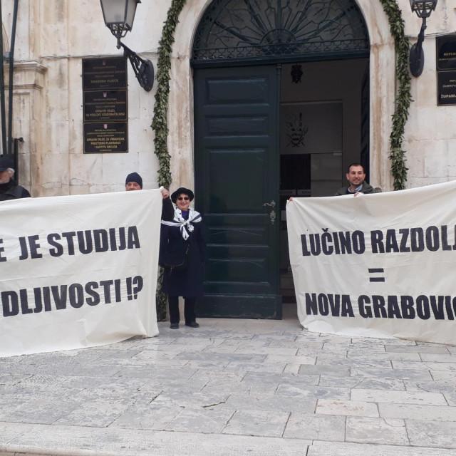 Primorci, ljudi iz Grada i Šrđevci s jasnom porukom ispred gradske uprave povodom potpisivanja ugovora za Lučino Razdolje