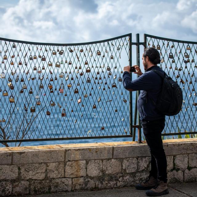 Dubrovnik, 140220.<br /> Ograda na Boninovu, zid ljubavi, gdje zaljubljeni lokotima zakljucavaju i svakome koga zanima obznanjuju svoju ljubav.<br />