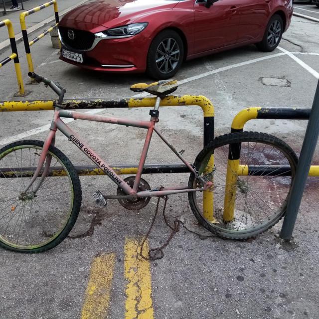Napušteni bicikl se gotovo godinu dana raspada naočigled svih