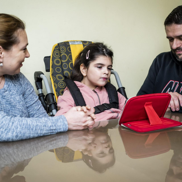 Sibenik, 140220.<br /> Djevojcica Eva Rozajac koja boluje od teske bolesti, nakon tri godine lijecenja u Rimu, pocela je primati terapiju u KBC Rijeka.<br /> Na fotografiji: Eva s majkom Marijom i ocem Seadom.<br />