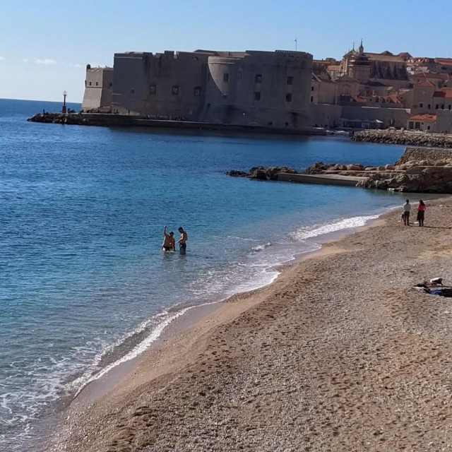 Kupanje u veljači na plaži Banje