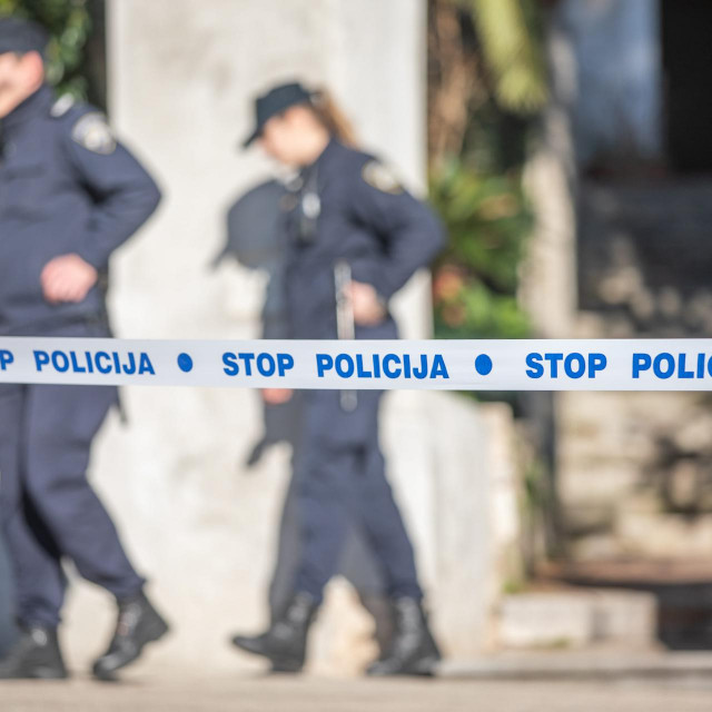 Mali Losinj, 140220.<br /> Mjesto gdje je u jutarnjim satim doslo do ubojstva maloljetnice.<br /> Na fotografiji: policijski sluzbenici osiguravaju mjesto dogadjaja.<br />