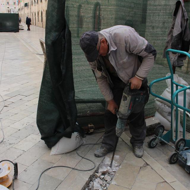 Radnici tvrtke Građevinar Quelin dd upravo obavljaju radove sanacije oštećenog kamenog pločnika Straduna