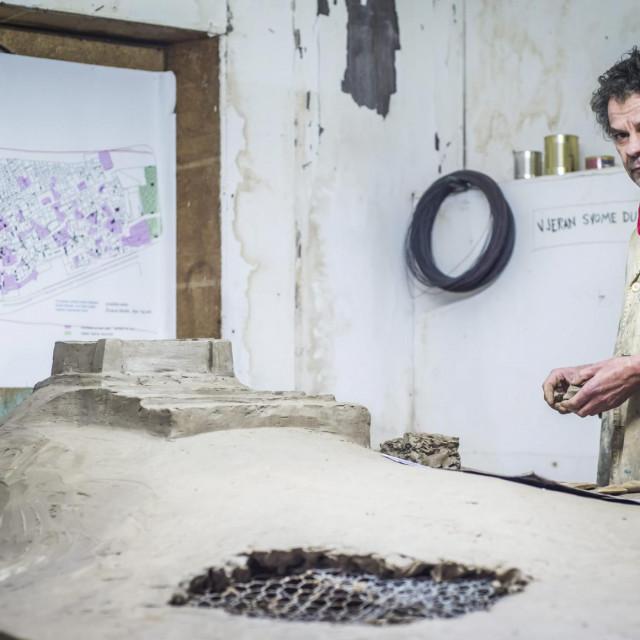 Akademski slikar Zvonimir Villa radi pripremu od gline za broncanu 3D mapu starog Sibenika koja ce biti izlozena na Poljani<br />