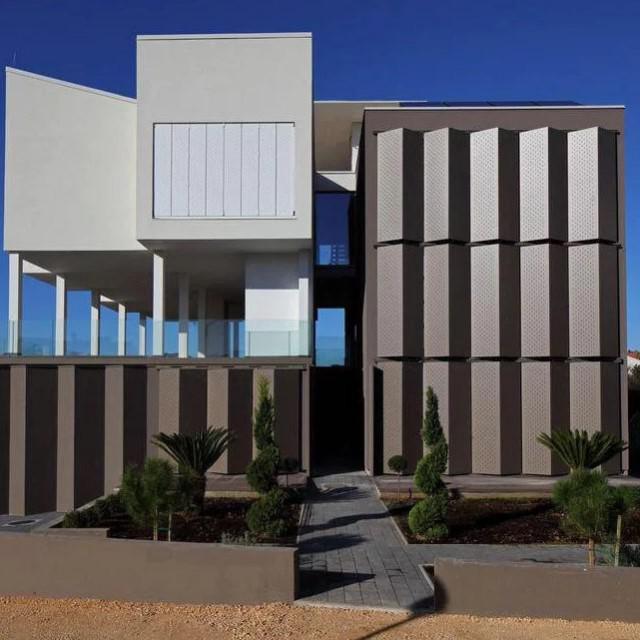 Četiri kuće za četiri brata sagrađene prema projektu arhitekata <strong>Ive Letilović </strong>i <strong>Igora Pedišića</strong>, uz obalu u naselju <strong>Diklo </strong>u Zadru nominirane su za nagradu za najuspješnije ostvarenje na području stambene arhitekture za 2019. godinu