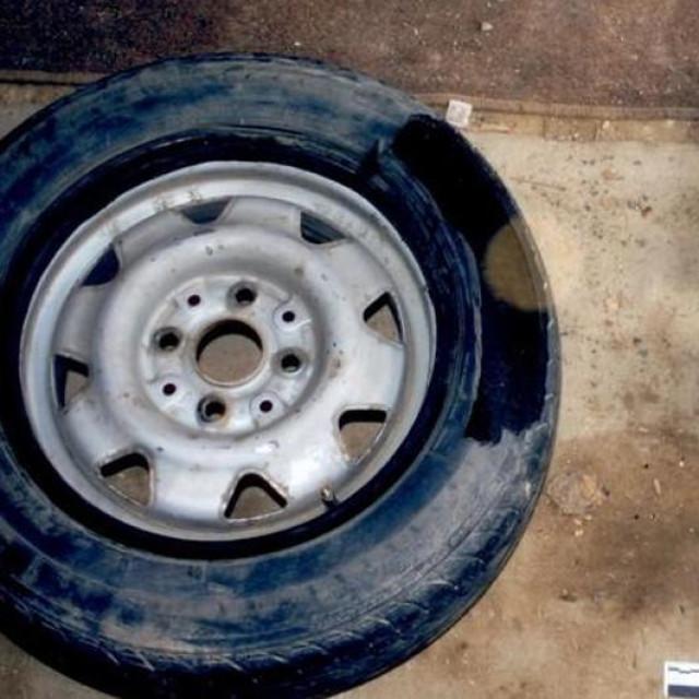 Droga je bila skrivena u rezervnom kotaču